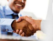 Menjadi Penjamin Pinjaman Peribadi - Dua lelaki berjabat tangan