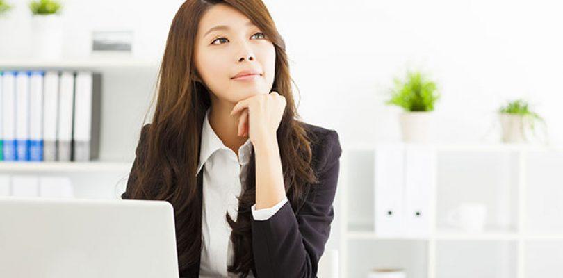Pinjaman Peribadi Untuk Perniagaan - Wanita dalam pakaian pejabat sedang berfikir